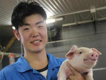 大きなブナの木の下で・・・一緒に豚を育てよう♪豚と自然と人が共存する場所はココ奥久慈にある!