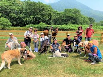 働くスタッフはみんなファミリー! 大自然に魅せられて集まったメンバーたちがノビノビと働く関谷牧場で一緒に働きませんか? 笑い声、そして動物たちの声が大自然に響き渡る牧場です